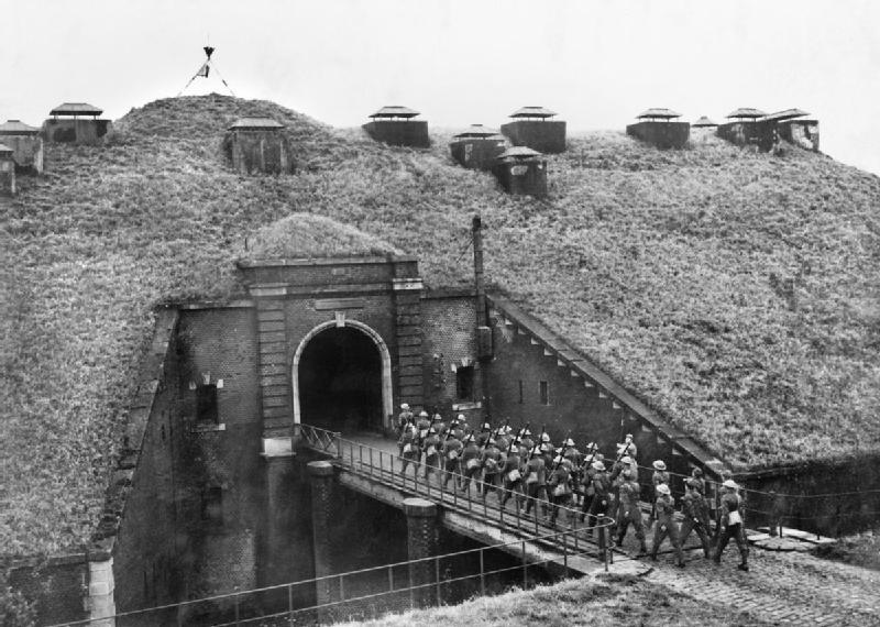 Troops_of_51st_Highland_Division_march_over_a_drawbridge_into_Fort_de_Sainghain_on_the_Maginot_Line_3_November_1939._O227
